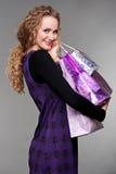 Donna felice con gli acquisti fotografia stock