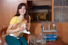 Donna felice con gli animali domestici Fotografie Stock Libere da Diritti