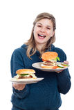 Donna felice con gli hamburger casalinghi freschi Fotografia Stock Libera da Diritti