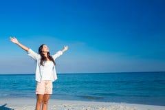 Donna felice con gli occhi chiusi alla spiaggia Immagine Stock