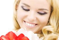 Donna felice con i fiori del giglio fotografie stock
