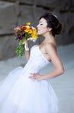 Donna felice con i fiori a disposizione fotografie stock