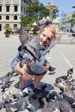 Donna felice con i piccioni a Avana fotografia stock libera da diritti