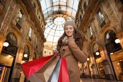 Donna felice con i sacchetti della spesa nella galleria Vittorio Emanuele II Fotografia Stock Libera da Diritti