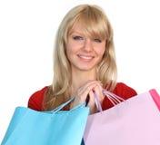 Donna felice con i sacchetti di acquisto immagine stock
