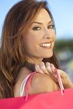 Donna felice con i sacchetti di acquisto dentellare e bianchi fotografie stock