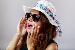 Donna felice con i vetri bianchi di sole e del cappello Fotografie Stock Libere da Diritti
