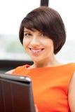Donna felice con il calcolatore del pc del ridurre in pani Fotografie Stock