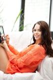 Donna felice con il calcolatore del pc del ridurre in pani Immagini Stock Libere da Diritti