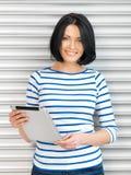 Donna felice con il calcolatore del pc del ridurre in pani Immagine Stock Libera da Diritti
