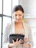 Donna felice con il calcolatore del pc del ridurre in pani Fotografia Stock Libera da Diritti