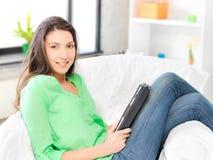 Donna felice con il calcolatore del pc del ridurre in pani Fotografie Stock Libere da Diritti