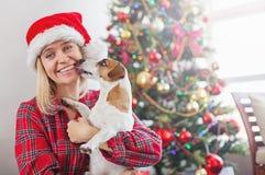 Donna felice con il cane nella decorazione di natale fotografia stock libera da diritti