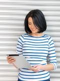 Donna felice con il computer del pc della compressa Fotografie Stock Libere da Diritti