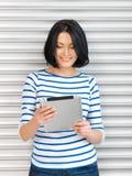 Donna felice con il computer del pc della compressa Fotografia Stock Libera da Diritti