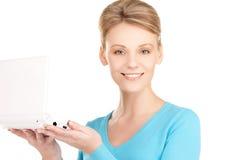 Donna felice con il computer portatile Fotografie Stock Libere da Diritti