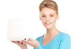 Donna felice con il computer portatile Immagine Stock