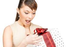 Donna felice con il contenitore di regalo Fotografia Stock Libera da Diritti
