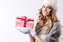 Donna felice con il contenitore di regalo in mani Fotografie Stock