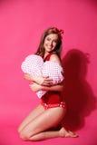 Donna felice con il cuscino del cuore Immagine Stock Libera da Diritti