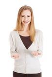 Donna felice con il gesto di mani aperto fotografia stock libera da diritti