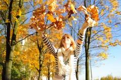 Donna felice con il leav di autunno Fotografie Stock