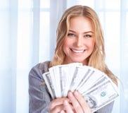 Donna felice con il lotto di soldi immagine stock libera da diritti