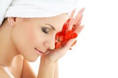 Donna felice con il pe rosso del fiore Fotografia Stock