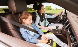 Donna felice con il piccolo bambino che guida in automobile Fotografia Stock