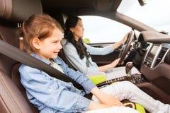 Donna felice con il piccolo bambino che guida in automobile Immagini Stock Libere da Diritti