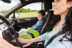 Donna felice con il piccolo bambino che guida in automobile Fotografia Stock Libera da Diritti