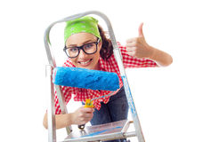 Donna felice con il rullo che gesturing i pollici su fotografie stock libere da diritti