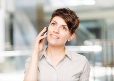 Donna felice con il telefono cellulare e spazio lasciato Immagini Stock Libere da Diritti