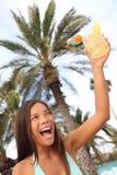 Donna felice con la bevanda alla tostatura tropicale del ricorso Fotografie Stock Libere da Diritti
