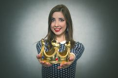 Donna felice con la corona dorata Primo concetto del posto Fotografia Stock
