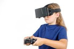 Donna felice con la cuffia avricolare e la leva di comando di realtà virtuale che giocano i giochi del vr fotografia stock libera da diritti