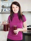 Donna felice con la frutta-bevanda o il succo rossa Fotografia Stock
