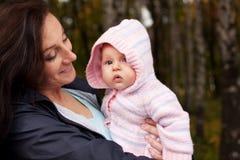 Donna felice con la piccola neonata Fotografia Stock