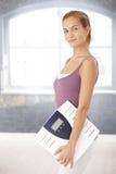 Donna felice con la scala Fotografie Stock