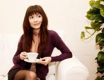 Donna felice con la tazza di tè Immagini Stock