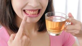 Donna felice con la tazza di tè Immagini Stock Libere da Diritti