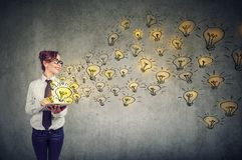 Donna felice con le idee brillanti che sono conoscenza creativa e di diffusione con i media sociali immagini stock