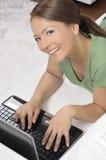 Donna felice con un calcolatore Immagine Stock Libera da Diritti