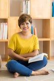 Donna felice con un libro Immagini Stock