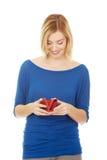 Donna felice con un portafoglio Immagini Stock Libere da Diritti