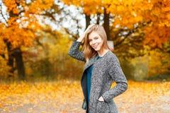Donna felice con un sorriso di modo alla moda fotografie stock libere da diritti