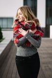 Donna felice con una sciarpa Autunno Ritratto di autunno di bella ragazza Immagine Stock