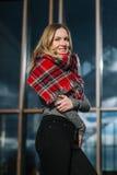 Donna felice con una sciarpa Autunno Ritratto di autunno di bella ragazza Fotografie Stock