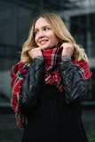 Donna felice con una sciarpa Autunno Ritratto di autunno di bella ragazza Immagini Stock Libere da Diritti