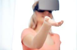 Donna felice in cuffia avricolare o vetri di realtà virtuale Immagine Stock Libera da Diritti